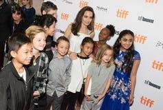 Angelina Jolie med hennes familj` familjeförsörjare`-premiären på den Toronto Internationalfilmfestivalen Arkivfoto