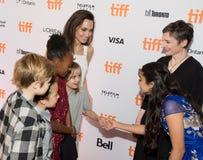 Angelina Jolie med hennes familj` familjeförsörjare`-premiären på den Toronto Internationalfilmfestivalen Arkivbild