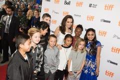 Angelina Jolie med hennes familj` familjeförsörjare`-premiären på den Toronto Internationalfilmfestivalen Royaltyfria Foton