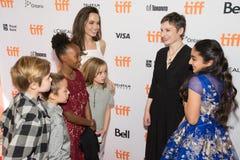 Angelina Jolie med hennes familj` familjeförsörjare`-premiären på den Toronto Internationalfilmfestivalen Arkivbilder