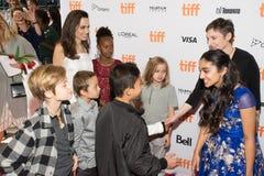 Angelina Jolie met jonge geitjes bij ` de Kostwinner` Première bij Internationaal de Filmfestival van Toronto stock foto's