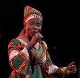Angelique Kidjo utför direkt på 28th April Jazz Royaltyfri Foto