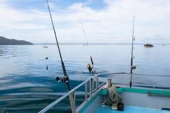 Angeln auf einem Charterboot in Meer im weiten Nordbezirk noch Lizenzfreie Stockfotos