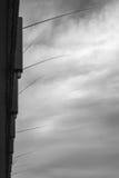 Angeln, das aus Galata-Brücke heraus haftet Stockfoto