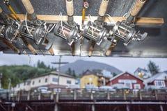 Angeln und Spulen gebunden an einem Dachbalken Stockfotografie