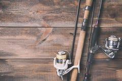 Angeln und Spulen mit Linie auf hölzernem Hintergrund mit freiem Raum Getontes Bild Lizenzfreie Stockbilder