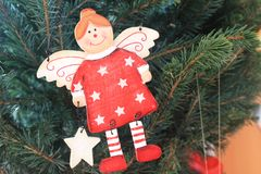 Angelo adorabile sull'albero di Natale Immagine Stock