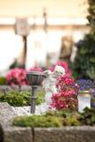 Angelo al cimitero, tomba con il libro aperto da, fiori fotografia stock