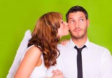 Angelo baciante delle coppie di amore del biglietto di S. Valentino Fotografia Stock Libera da Diritti