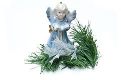 Angelo blu con le filiali del pino Immagini Stock