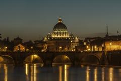 Angelo-Brücke und St Peter Basilika an der Dämmerung stockfotos