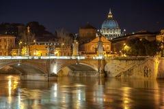 Angelo Bridge och Sts Peter basilika i skymningen Royaltyfria Bilder