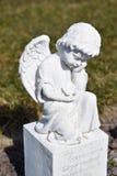 Angelo ceramico, custodicendo il cimitero di angelo, cimitero di angelo di sonno, sognante il cimitero di angelo, angelo fatto da Fotografia Stock
