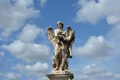 Angelo con l'indumento ed i dadi da Ponte Sant'Angelo a Roma, con fotografie stock