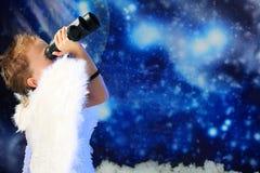 Angelo con un binoculare Immagine Stock