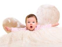 Angelo della neonata con le ali di bianco della piuma Fotografia Stock Libera da Diritti