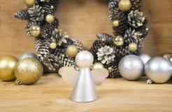 Angelo di Natale con la corona dei coni su fondo Fotografie Stock Libere da Diritti