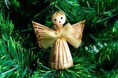 Angelo di natale fatto da paglia sull'albero di Natale Fotografia Stock