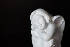 Angelo di pietra di seduta Fotografia Stock