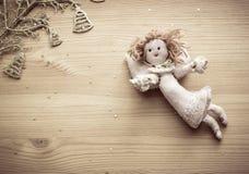 Angelo di tela, campane dorate e stelle su fondo di legno Fotografia Stock Libera da Diritti