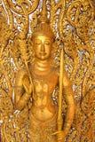 Angelo dorato dentro sulla parete del tempio fotografia stock libera da diritti