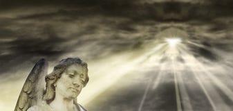 Angelo e cielo drammatico illustrazione vettoriale