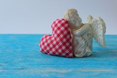 Angelo e cuore decorativo Simbolo di amore Giorno del `s del biglietto di S Cuore rosso, fine su immagine stock