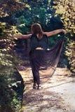 Angelo femminile con le ali nere su un fondo nero fotografie stock libere da diritti