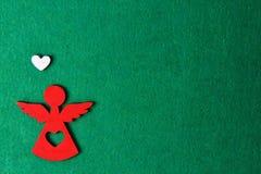 Angelo su un fondo verde, decorazione di legno di eco, giocattolo di Natale Fotografia Stock