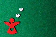 Angelo su un fondo verde, decorazione di legno di eco, giocattolo di Natale Immagini Stock Libere da Diritti