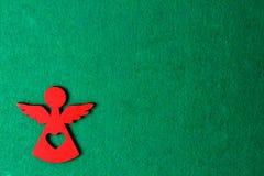 Angelo su un fondo verde, decorazione di legno di eco, giocattolo di Natale Fotografia Stock Libera da Diritti