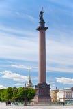 Angelo sulla colonna del Alexander sul quadrato del palazzo Fotografie Stock