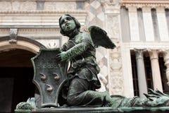 Angelo sulla rete fissa della cattedrale di Bergamo fotografie stock