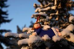 Angelo in un vestito blu su un ramo di un albero di Natale nella parità Immagini Stock