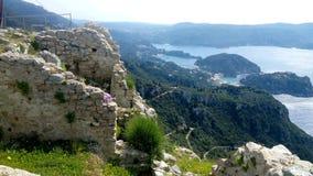 Angelocastro toppmöte, sikt över Paleocastritsa, Korfu royaltyfria foton
