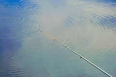 Angelrute über dem Wasser Stockbild