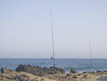 Angelrute auf den Felsen des Meeres Lizenzfreie Stockfotos