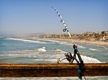 Angelrute auf einem Ozean-Pier Stockfotografie
