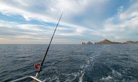 Angelrute auf Fischerboot der Charter auf dem Meer von Cortes-/Golf- von Kalifornienbetrachtung landet Ende bei Cabo San Lucas Ba lizenzfreie stockfotografie
