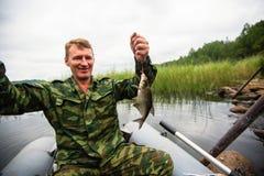 Angelrute des Fischers, zum auf dem See vom Boot zu fischen liebhaberei stockfoto