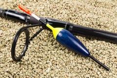 Angelrute und Floss gegen felsigen Boden Stockfotos
