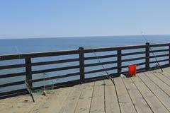 Angelruten auf dem Pier Stockfoto