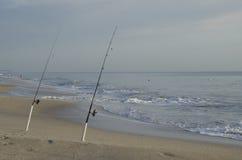 Angelruten auf Strand bei Sonnenaufgang Lizenzfreie Stockfotografie