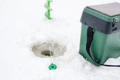 Angelruten- und Eisschrauben am Eis Stockfotografie