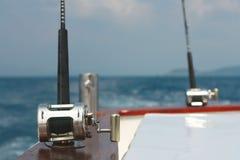 Angelruten und Schiffspoller Stockfotos