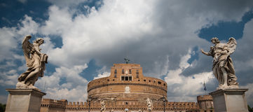 Angels on bridge and Castel di Sant'Angelo Royalty Free Stock Photography