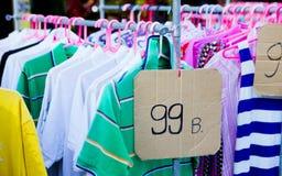Angemessene Flohmarkt, die Kleidung in Thailand verkauft Lizenzfreie Stockfotografie