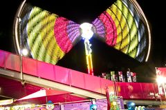 Angemessene Karnevalsfähre drehen herein Geschwindigkeit Lizenzfreie Stockfotografie