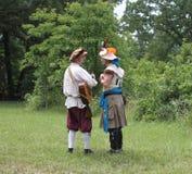 Angemessene Männer der Renaissance im Kostüm mit Gitarre und Hüten Lizenzfreie Stockbilder