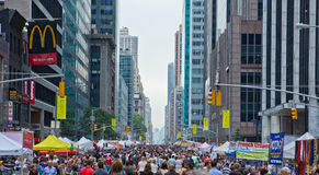 Angemessene Szene der New- York Citystraße. Stockfotos
